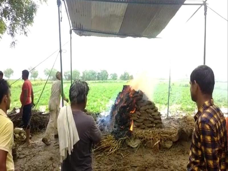 Morena News:   बारिश के कारण घर में घंटों रखा रहा शव, खेत में टीनशेड लगाकर किया अंतिम संस्कार