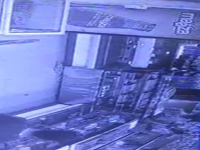 Morena Video Viral News: नशेे में धुत्त आरक्षक का मिठाई की दुकान में हंगामा, पुलिस ने राेका ताे तान दी पिस्टल, वीडियाे वयारल