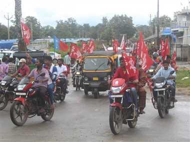 जिले में नहीं चली बसें, सुबह से सड़कों पर निकले एसकेएमएम सदस्य