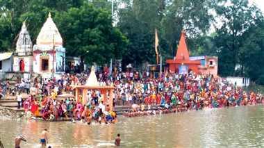 सौभाग्य की कामना के लिए बेतवा में स्नान कर किया लक्ष्मी पूजन