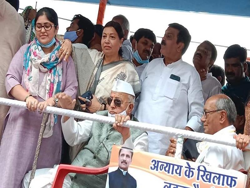 इंदौर में भारी भीड़ और बड़े नेताओं के साथ कांग्रेस का ज्ञापन, पुलिस ने जवानों से कहा बल प्रयोग न करें