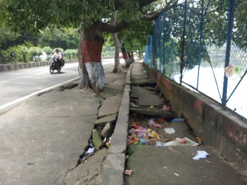 Bhopal news: शाहपुरा झील किनारे टूटे फुटपाथों के टाइल्स, देखने वाला कोई नहीं