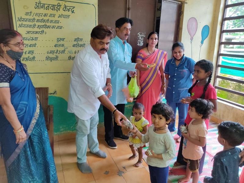 Bhopal News: बैरागढ़ के आंगनबाड़ी केंद्र में कुपोषित बच्चों को पोषक आहार वितरित