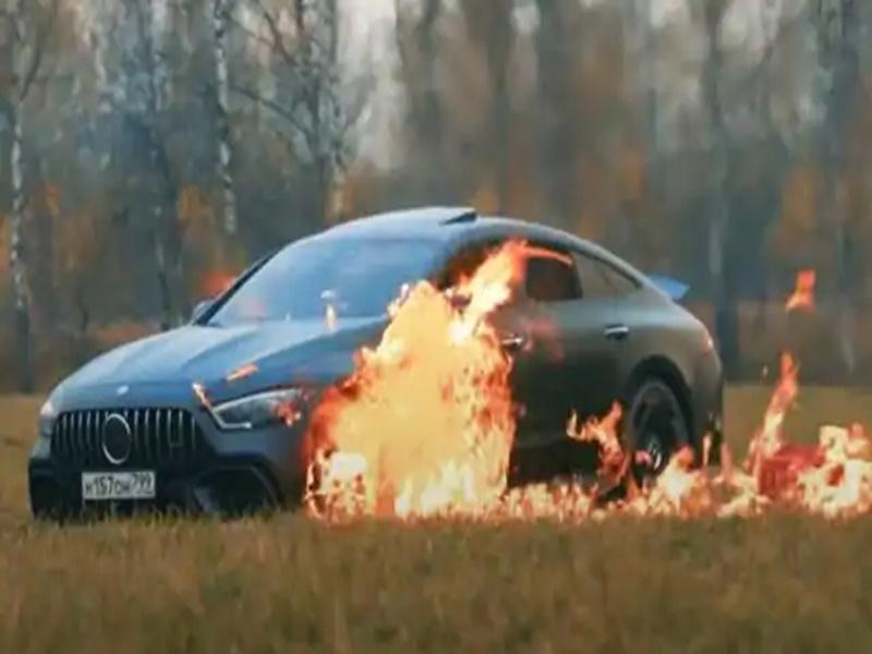 Viral Video: यूट्यूबर ने वीडियो बनाने के लिए फूंक डाली सवा करोड़ की मर्सिडीज