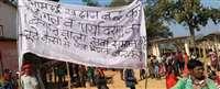 अमदई खदान के विरोध में जिला मुख्यालय पहुंच रहे ग्रामीण