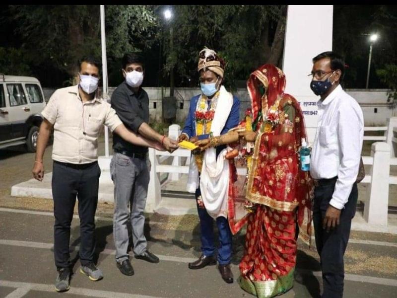 छिंदवाड़ा क कलेक्टर परिसर में सादगी से हुई शादी, नवविवाहित जोडे ने रोगी कल्याण समिति को दिए 11 हजार रुपए
