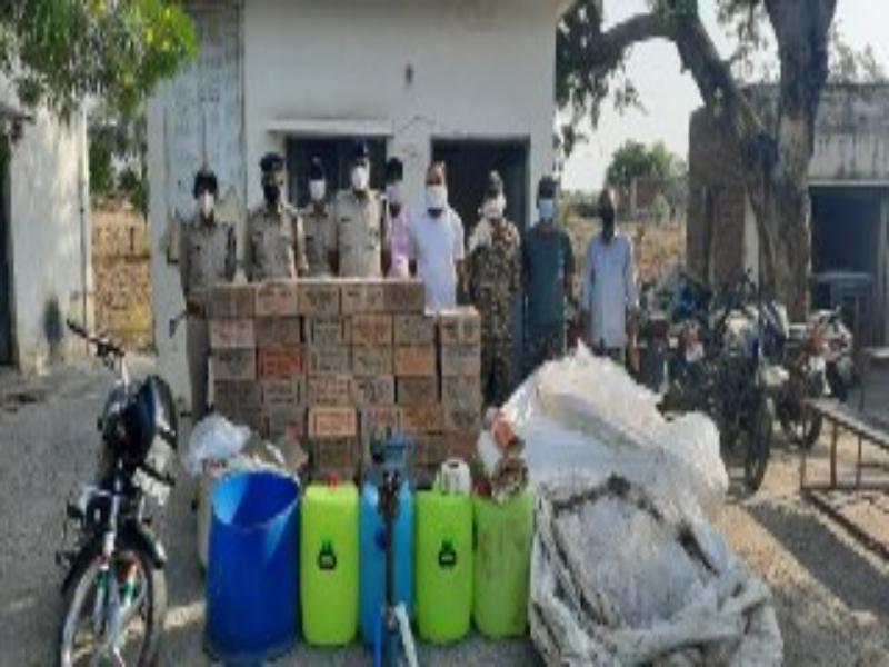 Bhind Crime News: पुलिस ने पकड़ी अवैध शराब फैक्ट्री, 47 पेटी देशी शराब जब्त