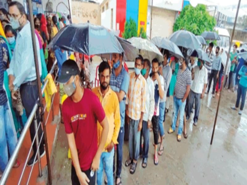 Gwalior Vaccination News: सावन पर भारी संजीवनी का जुनूनः बरसते पानी में छाता लेकर वैक्सीन लगवाने पहुंचे लाेग