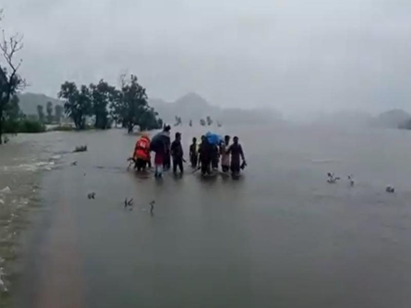 Chhattisgarh : खाट से युवक को कराया सरोधा बांध पार, फिर भी इलाज के अभाव में मौत