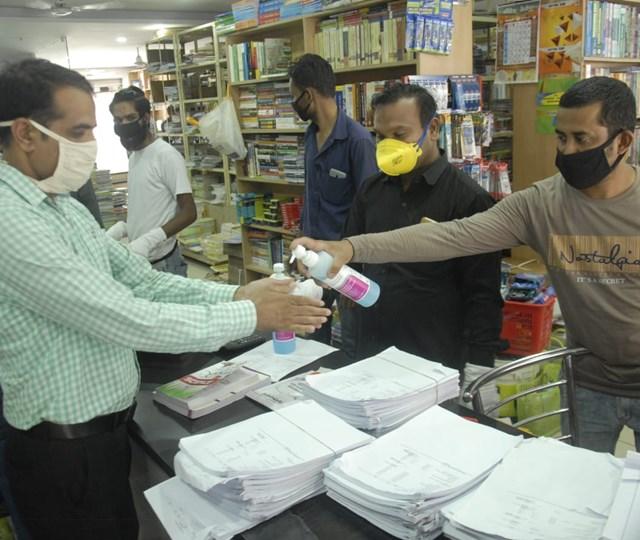 भोपाल के एमपी नगर में खुली दुकानें