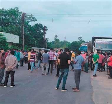 प्रभारी डाक्टर को हटाने की मांग को लेकर घंटों सड़कजाम