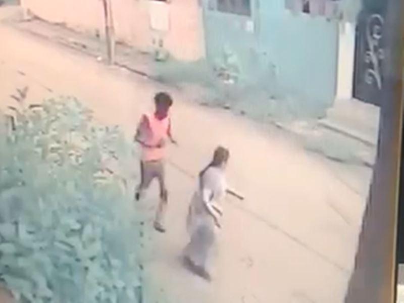 VIDEO: इंदौर में महिला का पीछा कर चेन लूटी, वीडियो फुटेज जारी