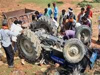 Accident in Damoh District: पुलिया से 8 फीट नीचे गिरी अनाज से भरी ट्रैक्टर ट्राली, 6 घायल