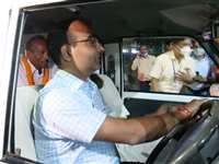 बिलासपुर रेलवे में अनोखी विदाई : जब अफसर ने चलाई गाड़ी और सेवानिवृत्त चालक बैठे सीट पर