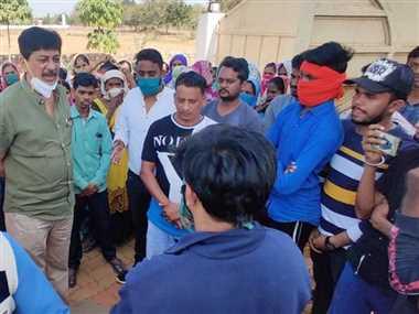 दुर्व्यवहार के विरोध में कर्मचारियों ने किया धरना-प्रदर्शन