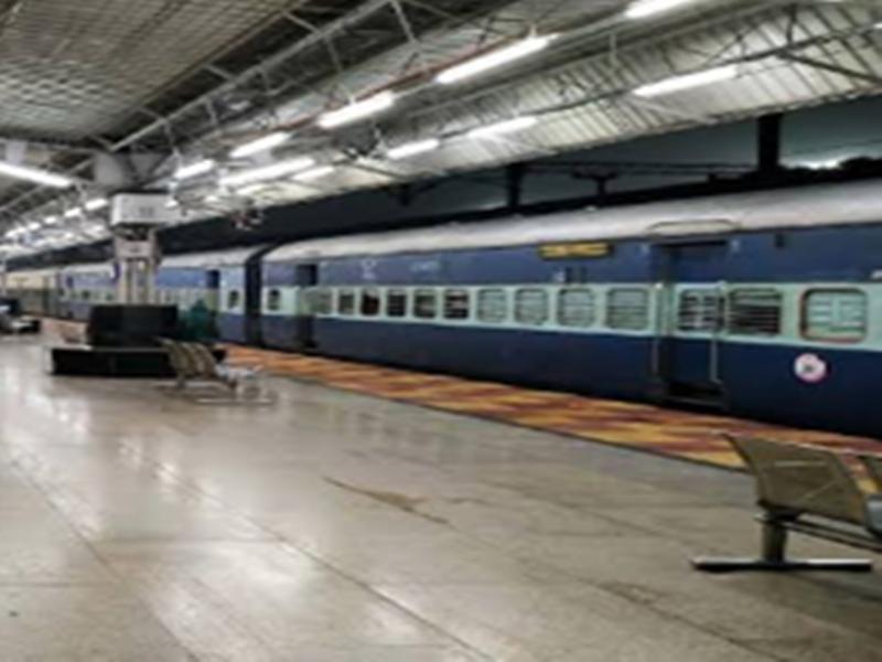 तीन जोड़ी त्योहार विशेष ट्रेनों के आगमन/प्रस्थान समय में बदलाव के साथ फेरों में वृद्धि