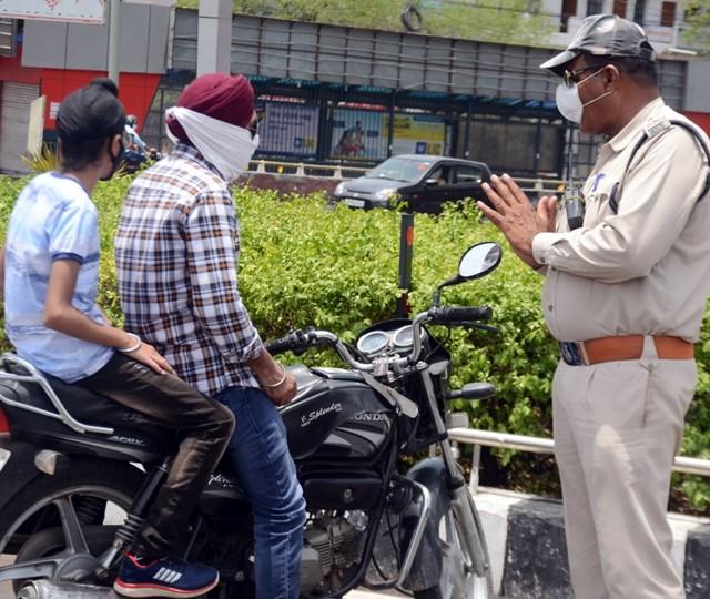 पुलिस ने जोड़ लिए हाथ