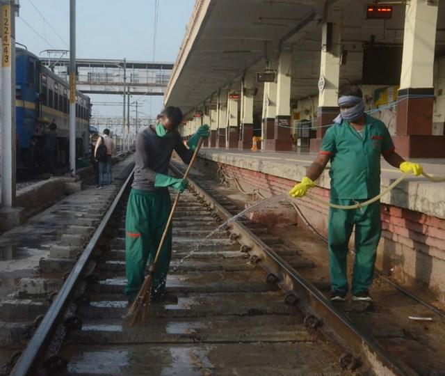 ग्वालियर स्टेशन पर सफाई