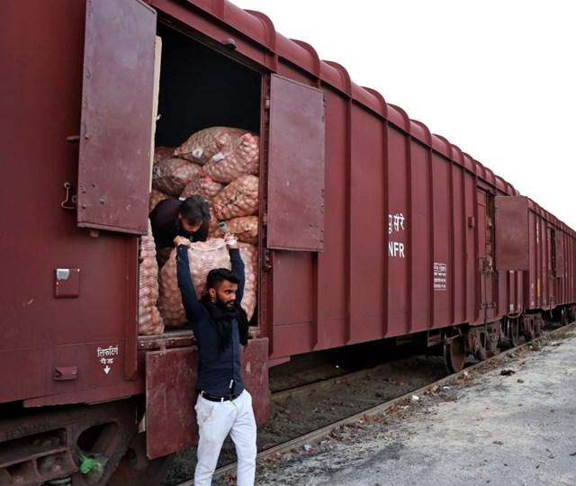 इंदौर से रेलमार्ग से बांग्लादेश भेजा गया 15 हजार क्विंटल प्याज