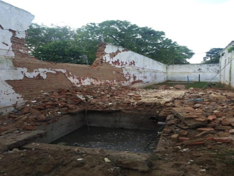 Bhind jail wall collapsed: जिला जेल में बैरक की दीवार गिरी, 21 बंदी घायल दाे की हालत गंभीर, एसपी, आरआइ पहुंच गए तब पहुंचे जेलर
