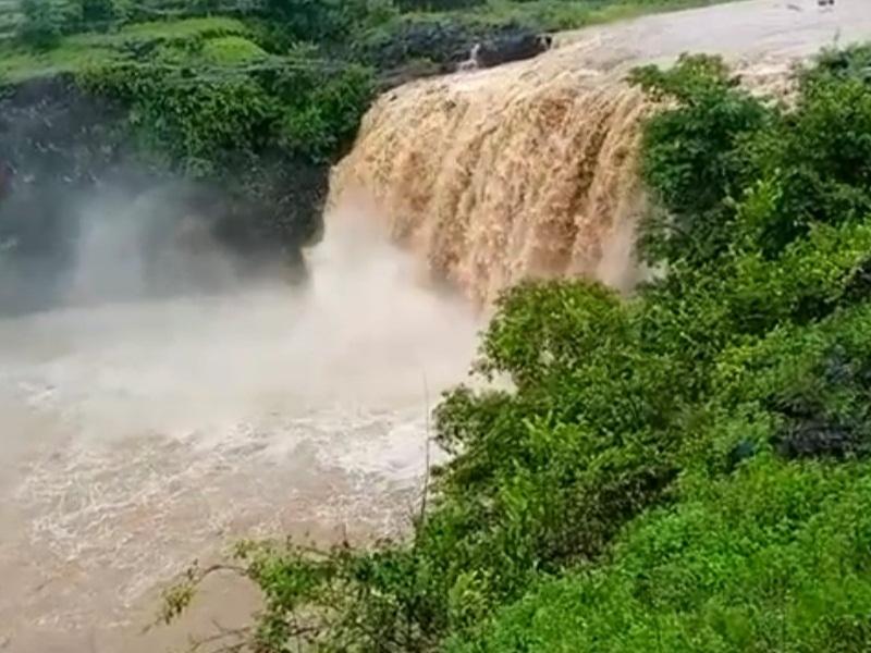 Kikar Kund Waterfall: दो किलोमीटर दूर से सुनाई देती है किकरकुंड फॉल की गूंज