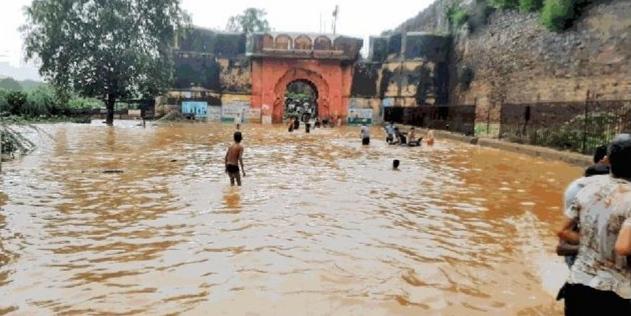 श्योपुरः बारिश से कूनो, पार्वती, और अहेली नदी के पुल पर 5 से 8 फीट, तालाबों ने सीमा लांघी, बड़ौदा बना पानी का टापू अंचल हुआ पानी-पानी