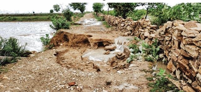 श्योपुरः आम रास्ते में पानी भरने से लोगों को निकलने में हो रही परेशानी