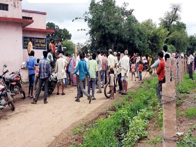 Corona Vaccination in MP:  विदिशा जिले में कोरोना का टीका लगवाने के लिए चले लात-घूंसे और डंडे