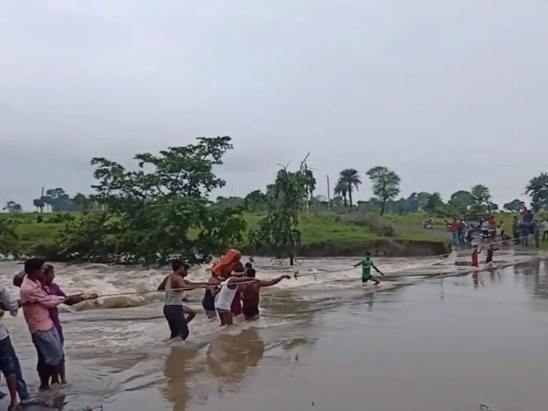 विदिशा जिले में गर्भवती को कंधे पर बैठाकर पार कराई उफनती नदी