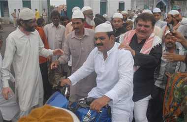 फिल्म अभिनेता रजा मुराद ईदगाह से बाइक पर घर गए