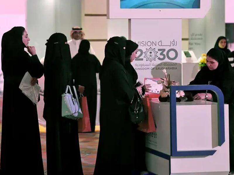 सऊदी में सुधारों के बावजूद अभी भी अकेले यात्रा नहीं कर सकती हैं महिलाएं
