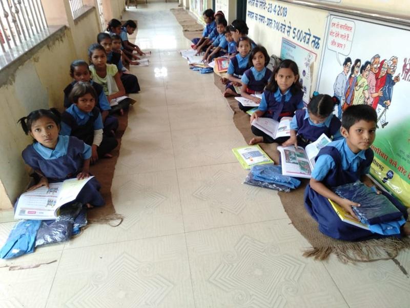 Chhattisgarh School : आज से खुल गए स्कूल, बच्चों का तिलक लगाकर किया स्वागत