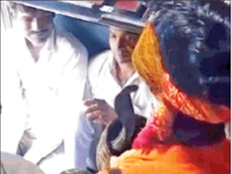 ट्रेनों में यात्रियों से वसूली का नया तरीका, सांप दिखाकर मांग रहे 10 से 50 रुपए