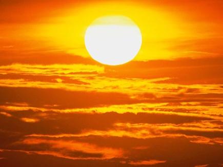 नक्षत्रों के प्रभाव से सूर्य दिखा रहा अपने तीखे तेवर