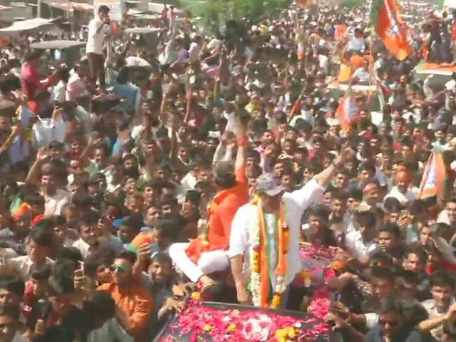 BJP में शामिल होने के बाद सनी देओल ने किया पहला रोड शो, हजारों लोगों का काफिला जुड़ता गया