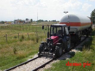 रेल पटरी पर दौड़ रहा है जुगाड़ से बना ट्रैक्टर