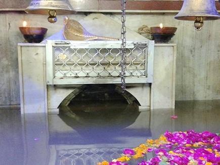 शिवलिंग पानी में डूबा पर जलती रही मंदिर में अखंड जोत