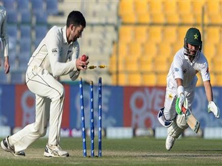 बिना जूते के ही रन लेने के लिए दौड़ पड़ा पाकिस्तान का ये बल्लेबाज और हो गया रन आउट